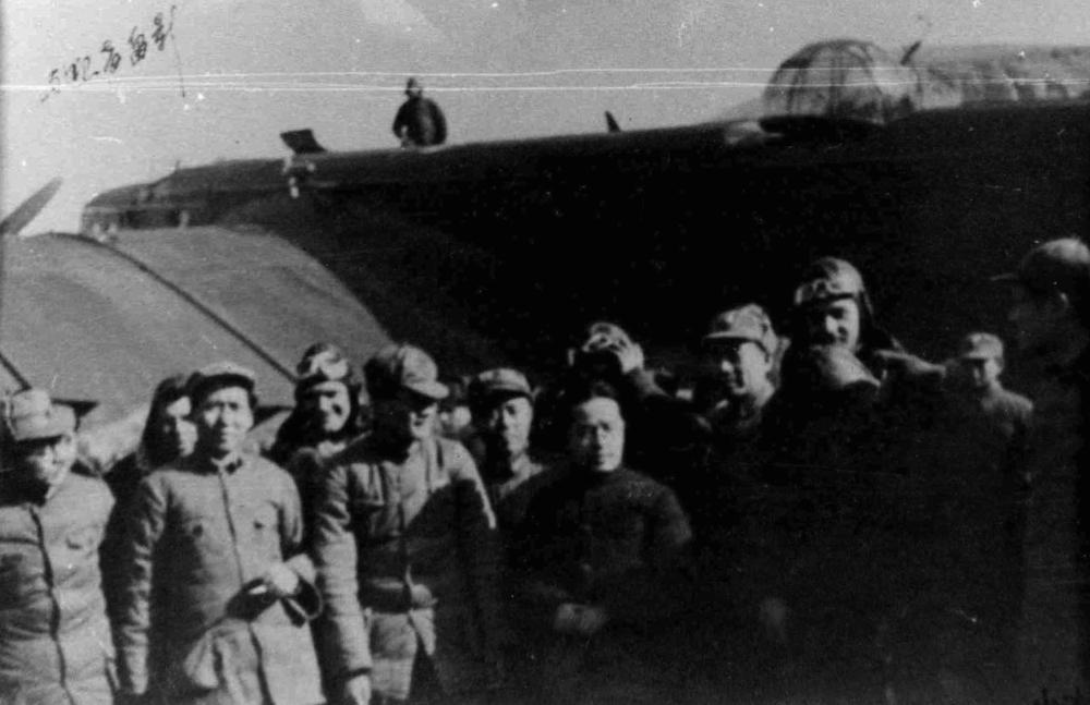 Ван Мин и члены ЦК КПК на Яньанском аэродроме, 1937