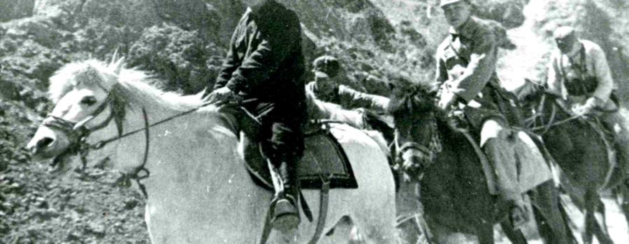 Ван Мин с охраной на горной дороге уезда Янань, 1940