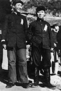 Мао Цзэдун (слева) и Ван Мин, на заднем плане в профиль виден Лю Шаоци, Яньань, 1937 г.