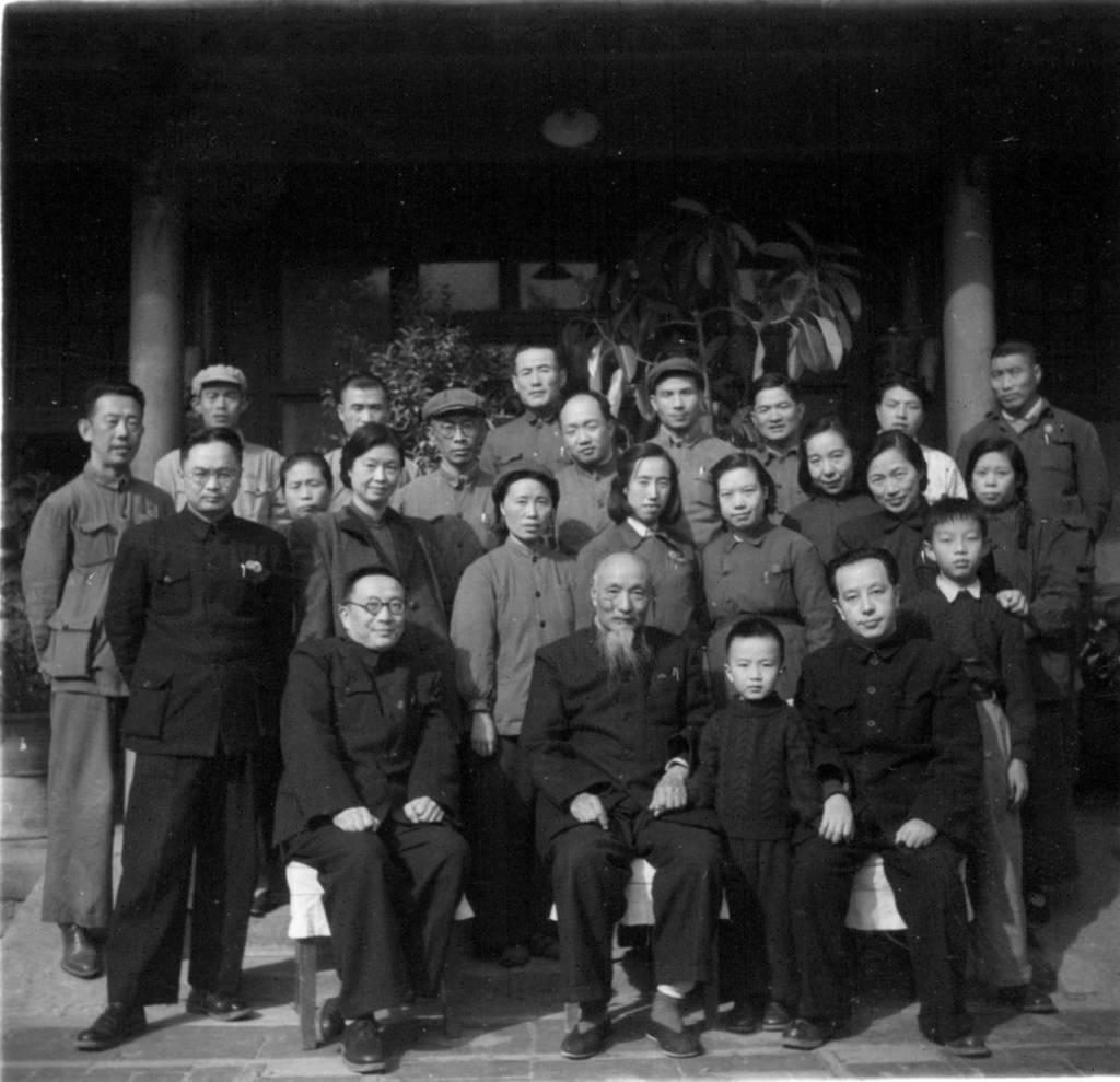 Ван Мин с семьей и частью членов и сотрудников КЗП ЦНП на ступеньках главного здания своей резиденции в Пекине, октябрь 1959 г.