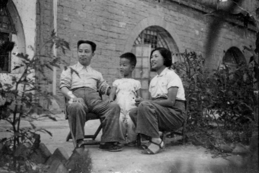 Ван Мин и Мэн Циншу с Минмином во дворе перед лесными пещерами, Янцзялин, 1941 г.