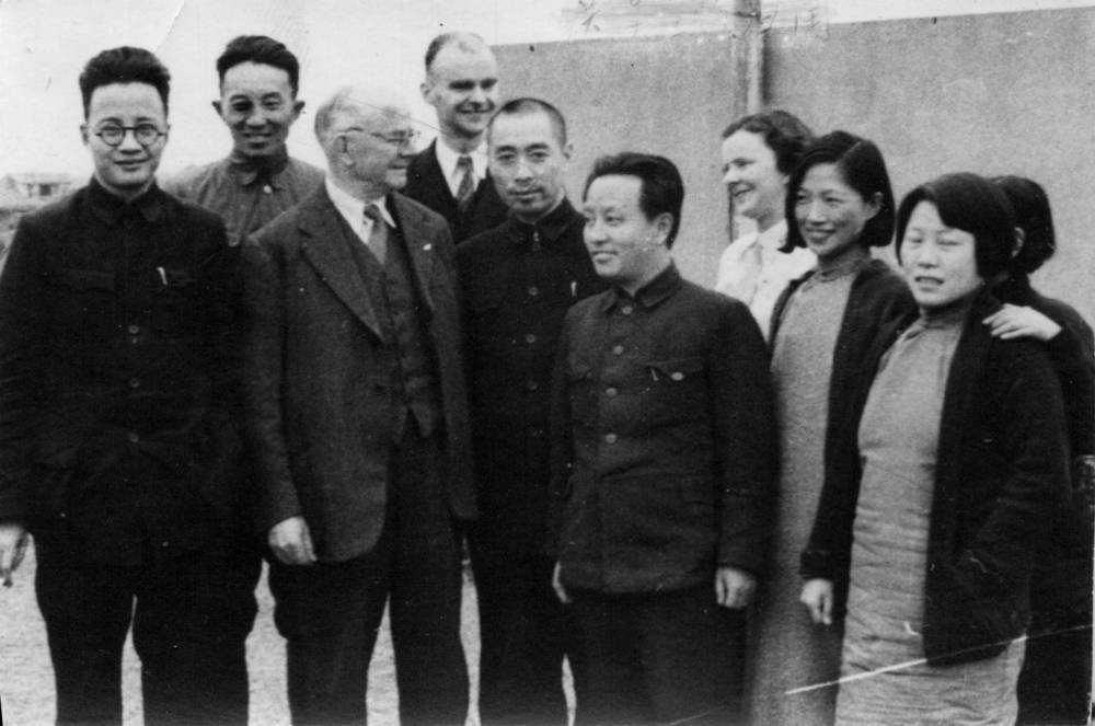 Бо Гу, Ло Жуйцин, Чжоу Эньлай (5-ый), Ван Мин, А. Смедли, Мэн Циншу, Лу Цзинжу (слева на право), Ханькоу, 1938 г.