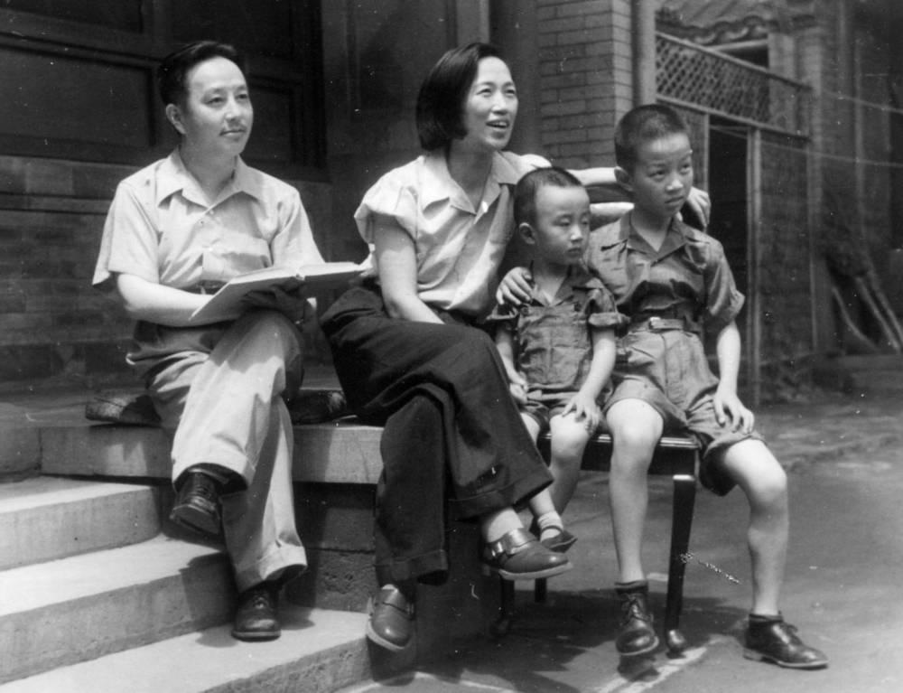 Ван Мин и Мин Цэншу с детьми на ступеньках флигельного дома в Пекине, 1949 г.