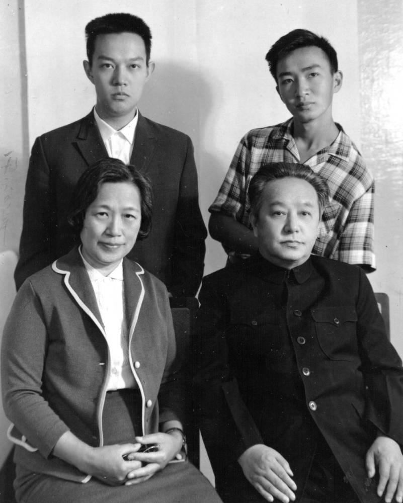 Ван Мин с семьей в день 60-летия (9 число 4-го месяца 1964 г. по лунному календарю - 20.05.1964).