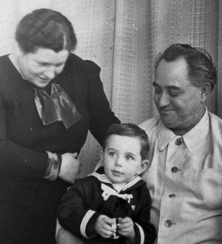 Г. Димитров и Р.Ю. Димитрова с сыном Митей, 1937 г.